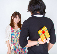 女性へプレゼントを渡す